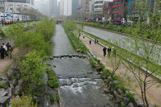 The Cheonggyecheon River promenade, Seoul, Korea. Despite its linearity and the fact that the water is pumped up from the Han River, the project is an immense success and has restored immanence of landscape in this buzzing city. © Christophe Girot